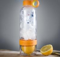 Fľaša na pitie s lisom na citrusy